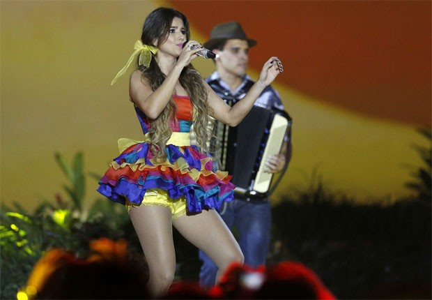 Paula usa shortinho por baixo de microvestido em show (Foto: Roberto Filho/AgNews)