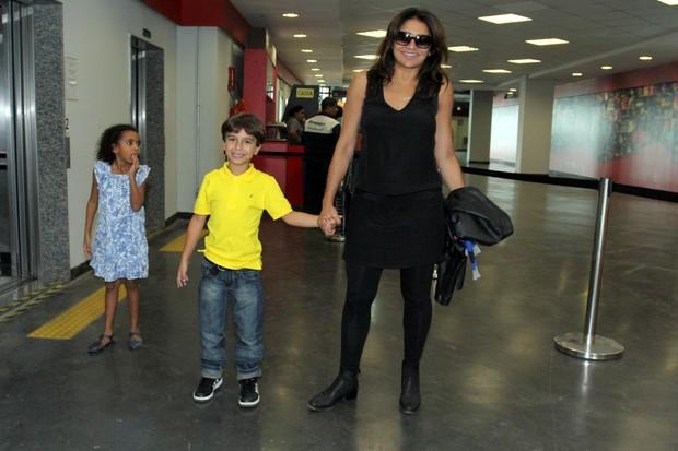 Dira Paes com o filho e uma amiguinha (Foto: Alex Palarea / AgNews)