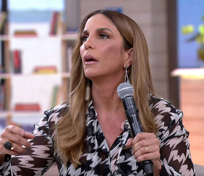 Ivete Sangalo é surpreendida no palco do 'Encotnro' (Foto: TV Globo)
