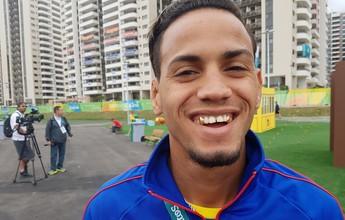 Campeão olímpico, cubano desfila com dentes de ouro na Vila Olímpica