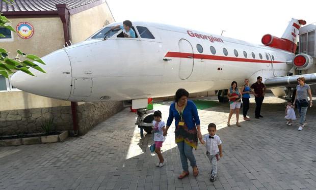 [Internacional] Professor transforma avião aposentado em escola na Geórgia 000_dv2126598