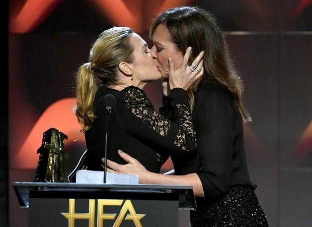 Kate Winslet e  Allison Janney  se beijam no palco do HFA (Foto: Getty Images)