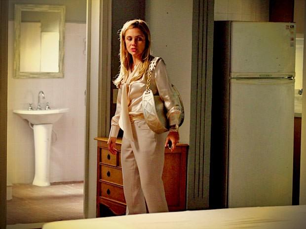 Carminha encontra apartamento vazio e acredita que se livrou de Rita (Foto: Avenida Brasil/TV Globo)