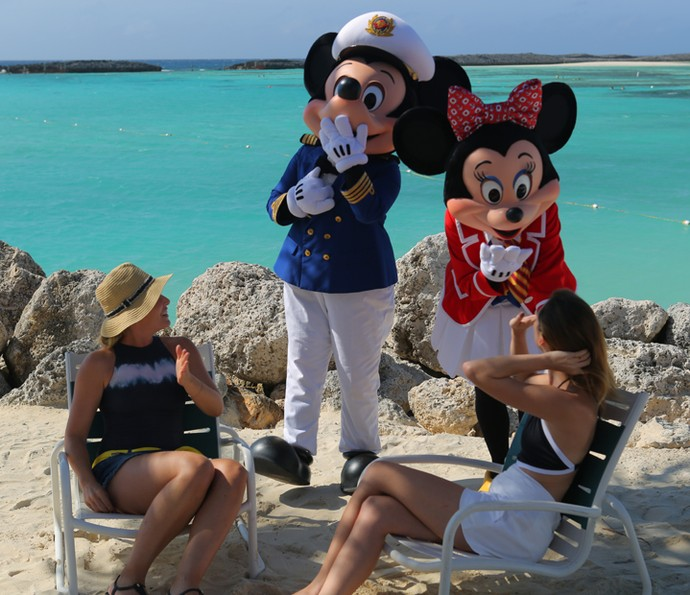 Mickey e Minnie surpreendem Angélica e Isabelle Drummond (Foto: Thiago Fontolan / Gshow)