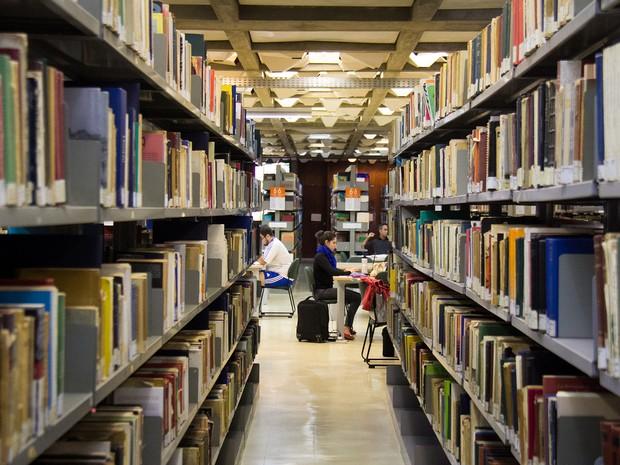 Alunos estudam na biblioteca da UnB, no campus da Asa Norte (Foto: Murilo Abreu/Secom UnB)