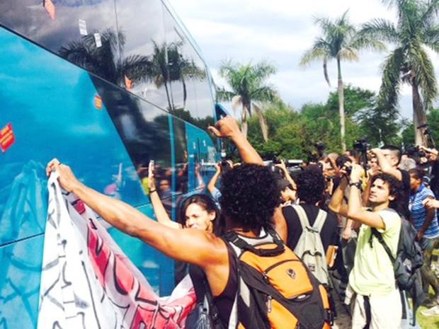 Adesivos foram colados no ônibus da Seleção (Foto: Marcelo Baltar/GloboEsporte.com)