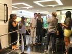 Ex-BBB Fernanda atende fãs em shopping carioca
