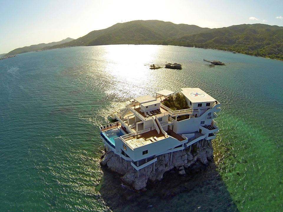 Resort de luxo em cima de uma pedra no Caribe tem praia pessoal e extens�o para mergulhos