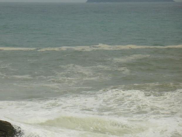 Mancha registrada na praia da Ferradurinha, no íltimo domingo (23) em Búzios, RJ (foto 2) (Foto: Romulo de Souza Mendonça)