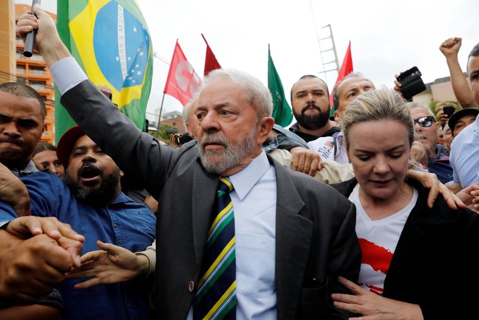 Lula anda entre correligionários após descer do carro e antes de entrar no prédio da Justiça Federal para depor a Moro (Foto: Nacho Doce/Reuters)