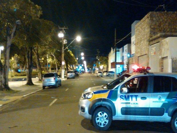 Trânsito foi fechado nas imediações do IML em Aracaju (Foto: Reginaldo Rodrigues/TV Sergipe)