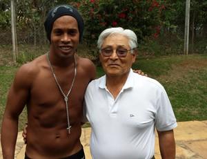 Ronaldinho Gáucho ao lado do acupunturista Fumio Takahashi (Foto: Fábio Jupa)