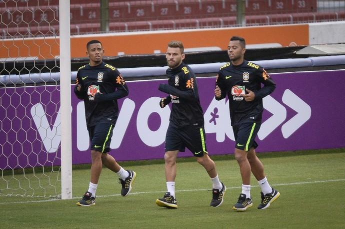 Gabriel Jesus, Lucas Lima e Rafael Carioca correm no treino da seleção brasileira em Quito (Foto: Pedro Martins/MoWa Press)