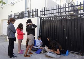 Fãs de Justin Bieber fazem vigília na porta do hotel onde ele estaria hospedado em Miami (Foto: Reuters)