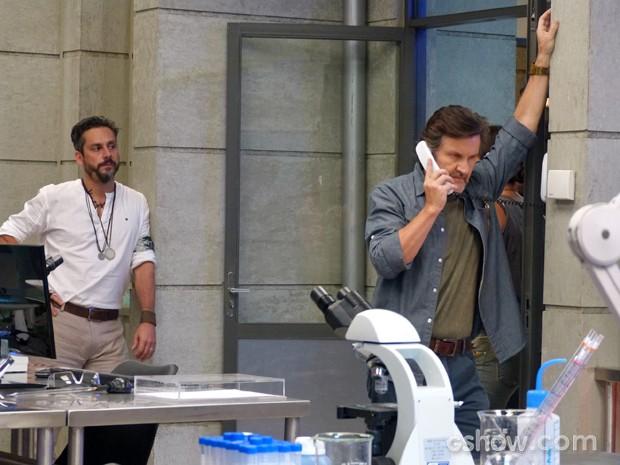 LC consegue impedir que Lili entre na máquina (Foto: Além do Horizonte/TV Globo)