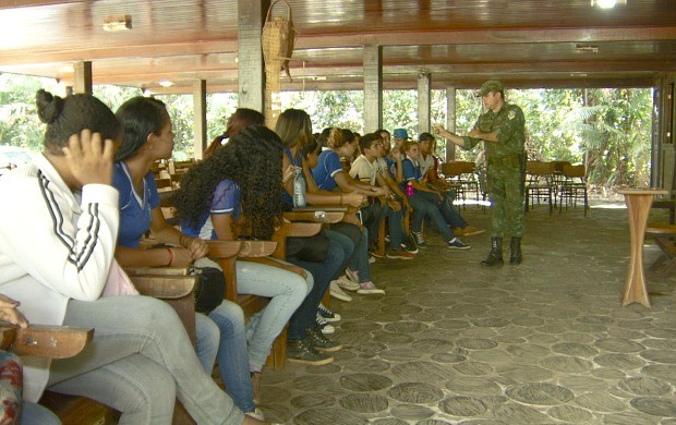Polícia Ambiental ensina jovens a preservar o meio ambiente (Foto: Rondônia TV)