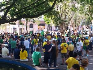 Protestantes se reúnem em praça de Santa Maria no Rio Grande do Sul (Foto: Peterson Furlan/RBS TV)