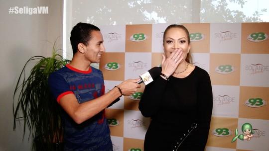 Solange Almeida é entrevistada no quadro 'Fã Repórter por 1 Dia'