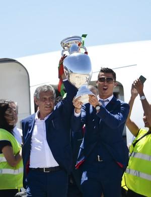 Cristiano Ronaldo desce com a taça (Foto: PATRICIA DE MELO MOREIRA / AFP)