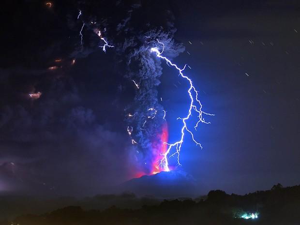 Visto de Futillar, no sul do Chile, o vulcão Cabulco expele fumaça e causa relâmpagos no céu. A erupção gerou um alerta vermelho na região (Foto: Martin Bernetti/AFP)