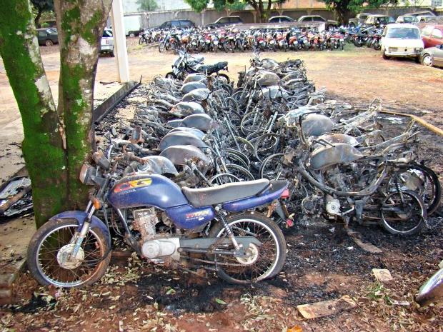 Jovens invadem pátio do Detran e colocam fogo em 40 motos (Foto: Divulgação/PM)