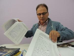Vereador de Poá com as quase 300 de apoio que obteve para o projeto de sua autoria. (Foto: Pedro Carlos Leite/G1)