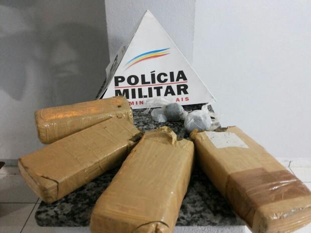Homem é preso com cerca de dois quilos de maconha em Divinópolis (Foto: Polícia Militar/Divulgação)