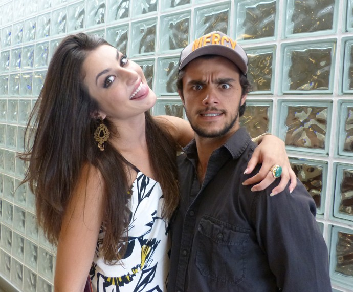 Anaju Dorigon e Felipe Simas nos bastidores do Encontro (Foto: Marcele Bessa / Gshow)