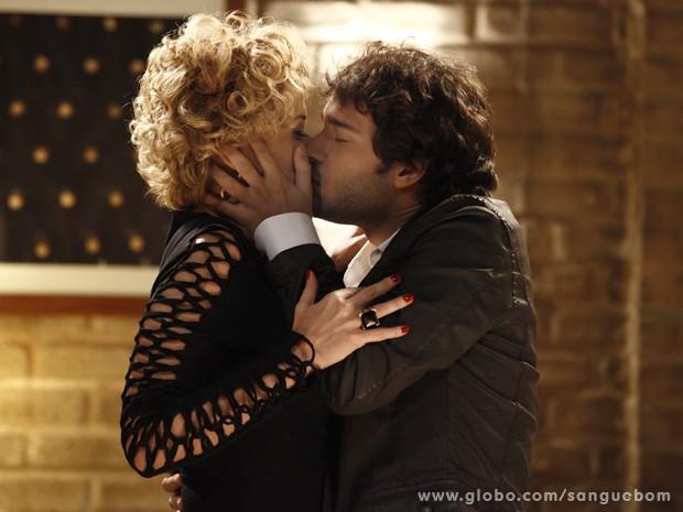 Fabinho agarra Bárbara Ellen e arma para cima da atriz (Foto: Sangue Bom/TV Globo)