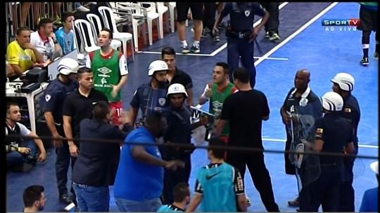 Corinthians alega falta de fair play de time de Falcão e gera bate-boca