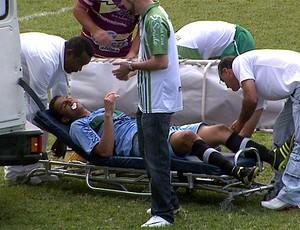 Aldo sai de campo em ambulância (Foto: Reprodução EPTV)