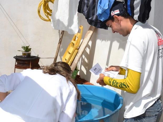 Agentes estão visitando casas e aplicando larvicídas em possíveis focos do Aedes Aegypti em João Pessoa (Foto: Divulgação/Secom-JP)