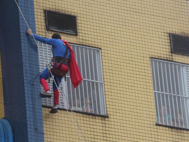 Voluntários estão acostumados a fazer serviços nas alturas dos prédios (Foto: Grupo Cleanse/Divulgação)