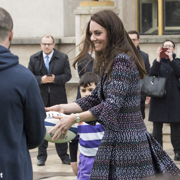 Kate Middleton, em look total Chanel, arriscou passes de rúgbi  (Foto: Getty Images)