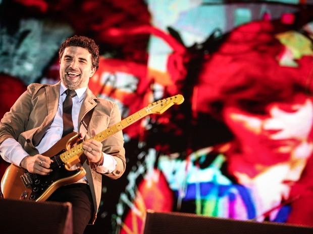 Davi Moraes toca no show em homenagem aos 450 anos do Rio, neste último dia de Rock in Rio. No telão, Davi Moraes quando criança tocando 'Assanhado' (Foto: Fabio Tito/G1)