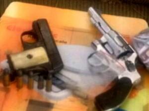 Armas estavam em casa de Sumaré; dois suspeitos foram presos (Foto: Reprodução / EPTV)