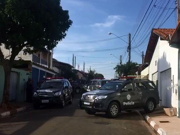 Policiais militares dão apoio a ação do MP de Campinas na cidade de Paulínia (Foto: Reprodução EPTV)