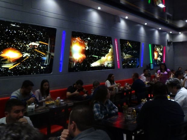 Cenas de batalhas espaciais decoram as paredes do Jedi's (Foto: Paulo Toledo Piza/G1)