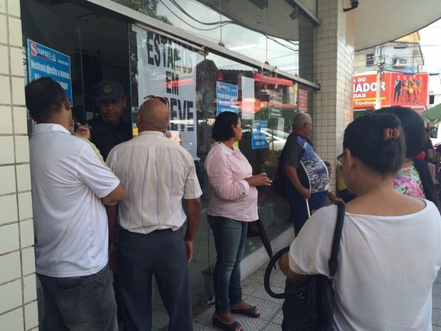 Por causa da greve, usuários são impedidos de entrar na sede do INSS (Foto: Carolina Sanches/G1)