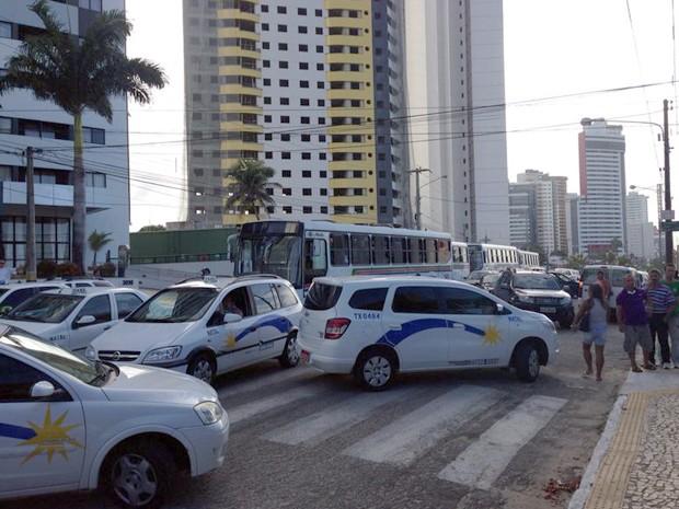 Táxis bloquearam avenida em Ponta Negra, na zona Sul de Natal (Foto: Emmily Virgílio/InterTV Cabugi)