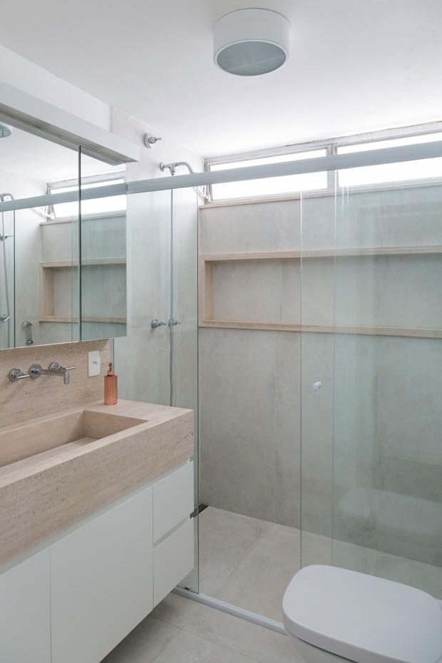 Banheiro. O visual clean ganha a força do travertino bruto, da Solidus Marmoraria (Foto: Julia Ribeiro / Divulgação)