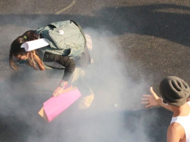 Manifestante é atingida por gás lacrimogênio na região do Maracanã (Foto: Jadson Marques/Estadão Conteúdo)