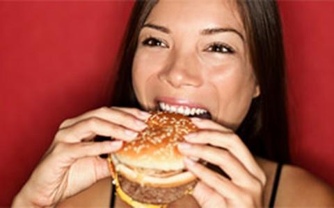 Comer junk food com frequência pode elevar o risco de depressão