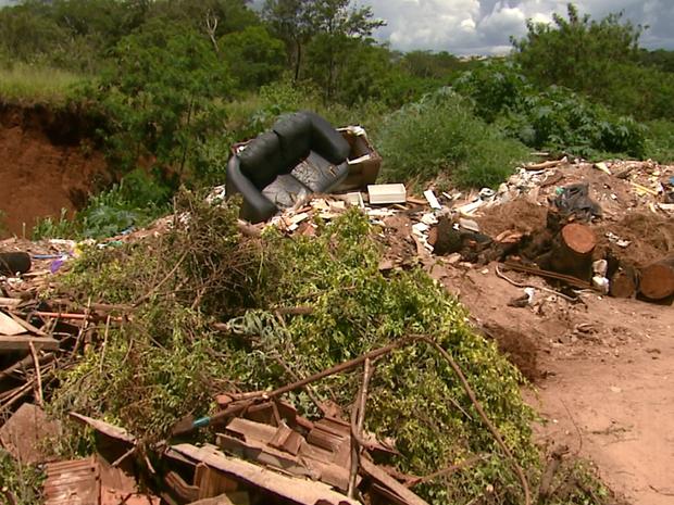 Lixo atrapalha motoristas que usam o caminho (Foto: Reginaldo dos Santos/Eptv)