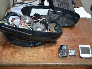 Uma das mulheres tentou entrar no presídio com um aparelho de som, dentro do qual continham celulares e baterias (Foto: Magda Oliveira/G1)