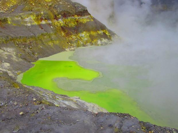 Cratera principal da White Island tem um lago de ácido sulfúrico (Foto: Juliana Cardilli/G1)