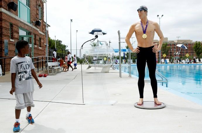 Michael Phelps no Madame Tussauds Museum Banneker Pool em Washington (Foto: REUTERS/Gary Cameron)