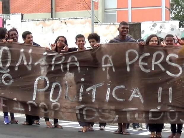 Alunos protestaram com faixas contra as suspensões de três alunos (Foto: Reprodução EPTV)
