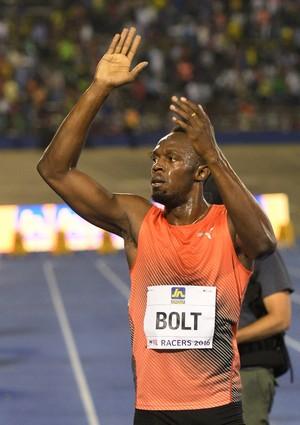 Usain Bolt comemora vitória na Jamaica (Foto: AP Photo/Collin Reid)