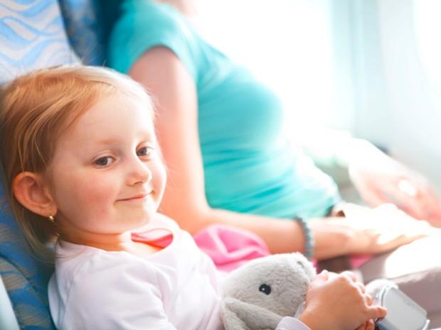 Criana no avio (Foto: iStock)